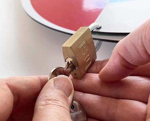 Lockable status dial padlock